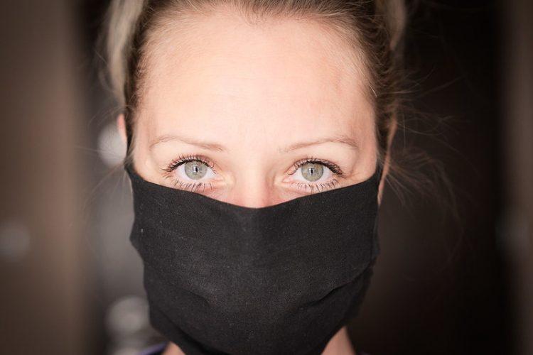 γυναίκα με μάσκα covid-19