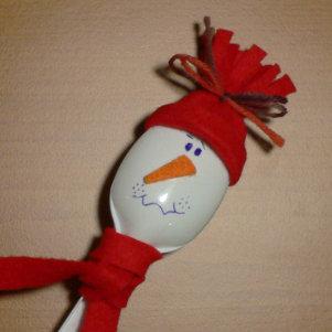 Χιονάνθρωπος από πλαστικό κουτάλι και τσόχα