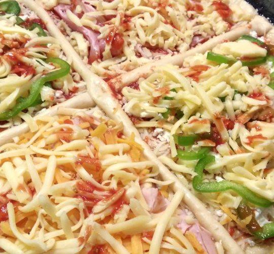 πίτσα με σπιτικό ζυμάρι